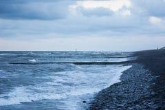 El mar resuelve el agua de la rotura Imagen de archivo libre de regalías