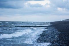 El mar resuelve el agua de la rotura Imágenes de archivo libres de regalías