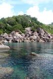 El mar rocoso de la colina y de la turquesa Imagen de archivo libre de regalías