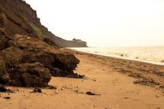 El mar salvaje de la playa agita la costa costa Fotografía de archivo