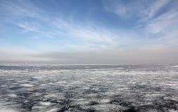 El mar se cubre con hielo foto de archivo libre de regalías