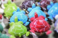 El mar Shell hizo el adornamiento del materia que vendía en el mercado arreglado Imagen de archivo libre de regalías