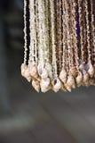 El mar Shell hizo el adornamiento del materia que vendía en el mercado arreglado Fotos de archivo libres de regalías