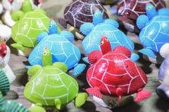 El mar Shell hizo el adornamiento del materia que vendía en el mercado arreglado Foto de archivo libre de regalías