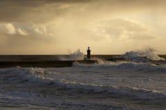 El mar tempestuoso agita en la puesta del sol del invierno Foto de archivo