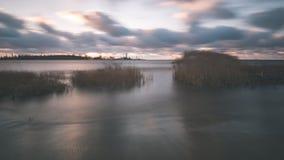 El mar tempestuoso en invierno con blanco agita el machacamiento exposición larga - fotografía de archivo libre de regalías