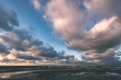 El mar tempestuoso en invierno con blanco agita el machacamiento - lo de la película del vintage imágenes de archivo libres de regalías