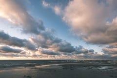 El mar tempestuoso en invierno con blanco agita el machacamiento - lo de la película del vintage foto de archivo libre de regalías
