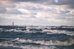 El mar tempestuoso en invierno con blanco agita el machacamiento - lo de la película del vintage imagen de archivo