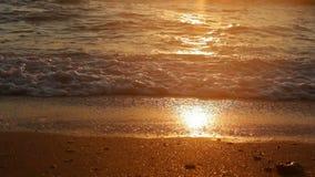 El mar tranquilo agita la fractura en la orilla en la puesta del sol almacen de metraje de vídeo