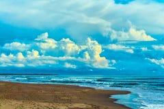 El mar tranquilo y montenegrino abandonaron la playa en la puesta del sol de un día de verano Foto de archivo libre de regalías