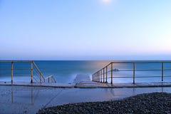 el mar y el claro de luna de la tarde imagen de archivo libre de regalías