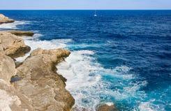 El mar y el karst costean, Mallorca, España Foto de archivo