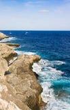 El mar y el karst costean, Mallorca, España Fotos de archivo libres de regalías