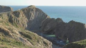El mar y la costa de rocas antiguas almacen de metraje de vídeo