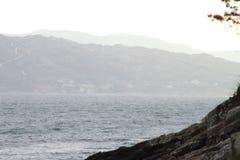 El mar y las montañas Foto de archivo