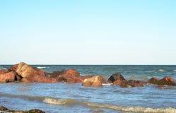 El mar y las piedras imágenes de archivo libres de regalías