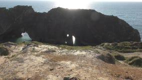 El mar y las rocas antiguas de Dorset almacen de video