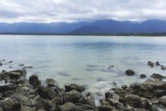El mar y las rocas se casan Imagen de archivo