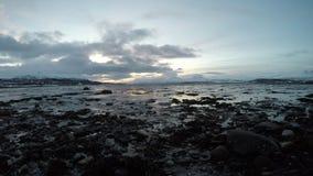 El mar y el océano hermosos ajardinan con el contexto de la puesta del sol metrajes