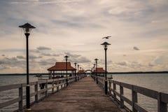 El mar y el puente del paisaje foto de archivo