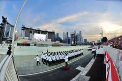 El marchar contingente del guardia-de-honor de la fuerza de policía de Singapur más allá durante el ensayo 2013 del desfile del dí Foto de archivo