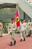 El marchar de los hombres del voluntario del desastre de Tailandia. Foto de archivo libre de regalías