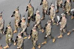 El marchar de los infantes de marina de los E.E.U.U. Imagenes de archivo