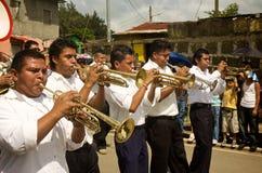 El marchar de los jugadores de trompeta Fotografía de archivo