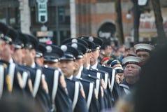 El marchar de los oficiales Imagen de archivo