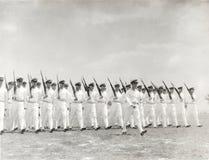 el marchar de los oficiales navales de los años 30 Fotos de archivo