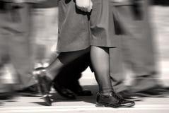 El marchar femenino del soldado fotos de archivo