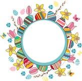 El marco brillante con los huevos y la primavera de Pascua florece Imágenes de archivo libres de regalías