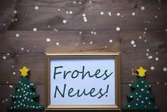 El marco con el árbol, Frohes Neues significa la Feliz Año Nuevo, copos de nieve Fotos de archivo libres de regalías