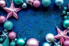 El marco de la decoración del árbol de navidad con las bolas y las estrellas juega en el espacio azul de la opinión superior del  Imagen de archivo libre de regalías