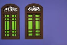 El marco de madera de la ventana y el vidrio verde del parteluz con estilo tailandés Fotos de archivo libres de regalías