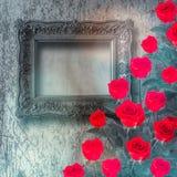 El marco de madera del vintage con la rosa y el verde del rojo se va en el oro Foto de archivo libre de regalías