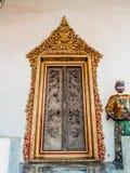 El marco de puerta de oro con los 2 paneles de la puerta gotea adornado Fotografía de archivo