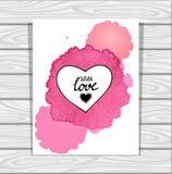 El marco del corazón de la plantilla en las acuarelas blancas de la lila rosada mancha en fondo de madera gris Foto de archivo