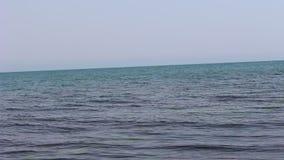 El marco emocionante del Mar Negro del mar azul y cielo cerca de Chernomoretz Bulgaria almacen de video