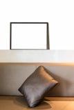El marco en blanco blanco con la almohada adorna en barra de pared Fotos de archivo libres de regalías