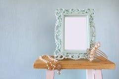 El marco en blanco del estilo del victorian, blanco gotea el collar y el peine del pelo Fotos de archivo libres de regalías