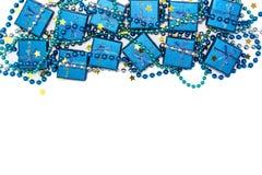 El marco festivo de las cajas de regalo brillantes azules, de las gotas azules y del confeti de oro protagoniza en blanco Imagen de archivo libre de regalías