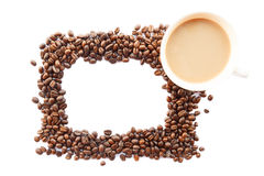El marco fue creado por los granos y la taza de café Imágenes de archivo libres de regalías