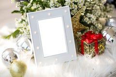 El marco gris de lujo en blanco de la foto con el tema casero de la Navidad de la decoración para añade el texto imágenes de archivo libres de regalías