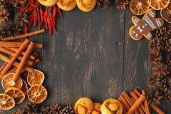 El marco tradicional de Navidad con las especias, galletas de los speculoos, estrella arrulla Imágenes de archivo libres de regalías