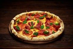 El margherita italiano delicioso de la pizza sirvió en la placa de madera sobre fondo de madera rústico imágenes de archivo libres de regalías