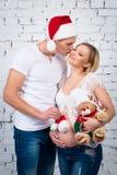 El marido besa a su esposa Año Nuevo del concepto y embarazo feliz Imagen de archivo libre de regalías