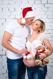 El marido besa a su esposa Año Nuevo del concepto y embarazo feliz Fotografía de archivo