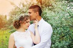 El marido es que besa y de abrazo de su esposa hermosa boda Foto de archivo